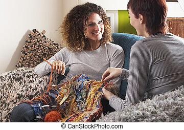 lar, tricotando, dois, junto, mulheres