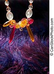 laranja, jóia, colar, sobre, azul, roxo, pena