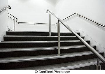 large, escalier, gris, chrome, murs, rampes, étapes, blanc