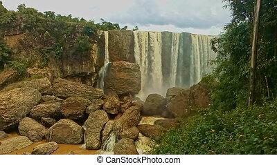 large, puissant, rochers, élevé, cascade, chute eau