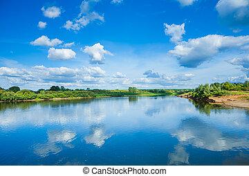 largo, fiume, con, riflessione, e, verde, cespuglio, su, coste, blu, cielo nuvoloso