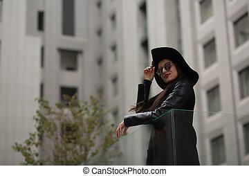 largo, mulher, óculos de sol, moda, pretas, atraente, espelho, retrato, chapéu, brimmed