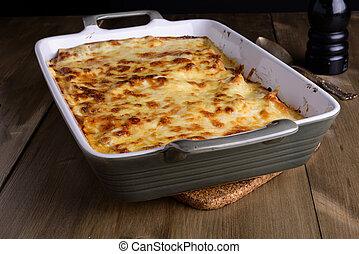 lasanha, em, um, servindo, prato, com, queijo, cima, ligado, um, antigas, madeira, tabela