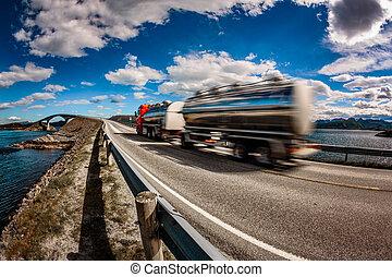 lastwagen, eile, unten, der, landstraße, in, der, hintergrund, atlantik, straße, norway., lastwagen, auto, bewegung, blur.