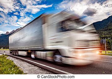lastwagen, eile, unten, der, landstraße, in, der, hintergrund, der, alps., lastwagen, auto, bewegung, blur.