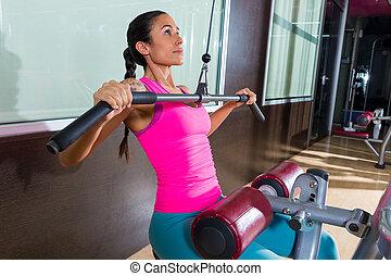 lat, pulldown, maschine, frau, workout, an, turnhalle