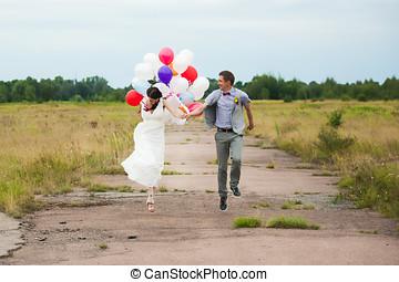 latex, frau, bunte, viele, halten hände, luftballone, mann