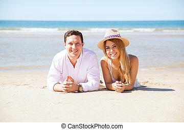latijn, paar, relaxen, aan het strand