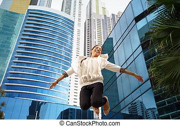 latina, femme affaires, sauter, joie, heureux, bureau, sourire