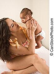 latina, mor spela, med, henne, baby pojke, son, blomsterbädd