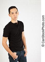 latinamerikanskt mand, ind, sort skjorte