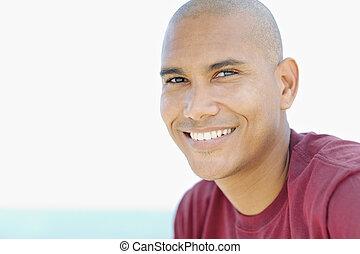 latino, sorrindo, câmera, homem jovem
