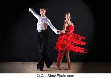 latino, tänzer, schwarz, gegen, tanzsaal