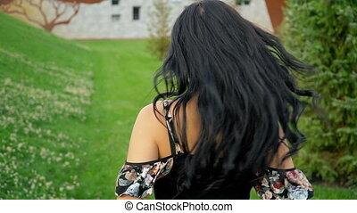 lato, biegnie, brunetka, precz, park, aparat fotograficzny, zielony, uśmiechanie się, trawa, szczęśliwy