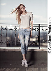 lato, fason, sweater., look., sneakers, model., dżinsy