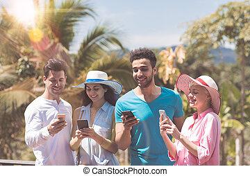 lato, grupa, ludzie, głoski, mężczyźni, młody, tropikalny, komórka, zmieszać, kobiety, prąd, prospekt, taras, outdoors, messaging, szczęśliwy, mądry, las