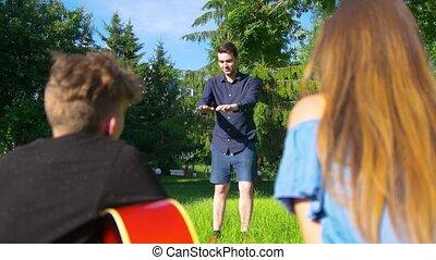 lato, gry, park, młody, pantomima, przyjaciele, człowiek