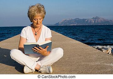 lato, kobieta posiedzenie, urlop, książka, senior, czytanie, plaża, mallorca