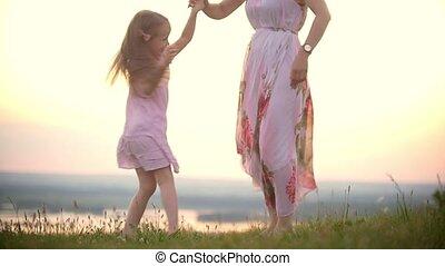lato, mały, dzierżawa, jej, taniec, radosny, zachód słońca, pagórek, mamusia, siła robocza, dziewczyna, trawa