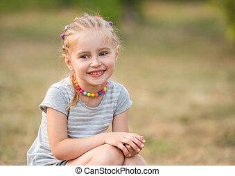 lato, mały, park, uśmiechnięta dziewczyna