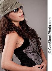 lato, occhiali da sole, donna, atteggiarsi, berretto