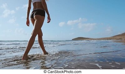 lato, pieszy, kobieta, noga, concept., do góry, młody, woda, piasek, plaża., goły, morze, stopa, zamknięcie, wzdłuż, machać, podróż