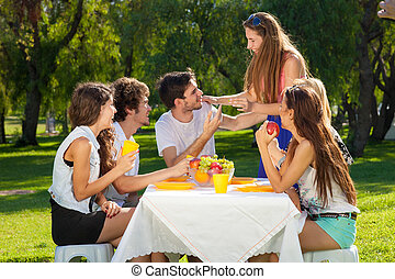 lato, piknik, cieszący się, grupa, nastolatki