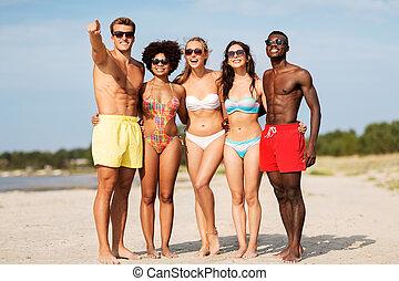lato, plaża, przyjaciele przygarniające, szczęśliwy