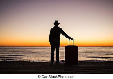 lato, pojęcie, sylwetka, urlop, -, młody, zachód słońca, morze, walizka, podróż, człowiek