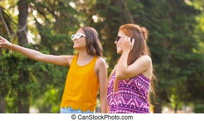 lato, teenage dziewczyny, park, pieszy, przyjaciele, albo