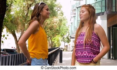 lato, teenage, miasto, dziewczyny, mówiąc, przyjaciele, albo