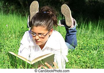 lato, trawa, kładąc, książka, outdoors, dziewczyna czytanie, campus