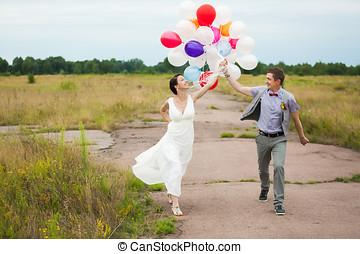 lattice, donna, colorito, molti, presa a terra, mani, palloni, uomo