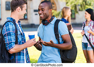 lattina, lei, credere, it?, due, giovani uomini, parlando, altro, e, sorridente, mentre, due donne, standing, in, il, fondo