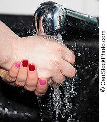 lavado de la mano, con, agua del grifo
