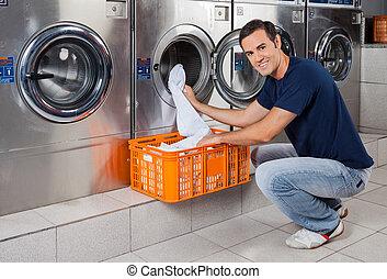 lavado, joven, máquina, poniendo, hombre, ropa