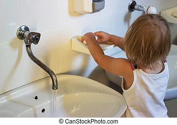 lavage, kindergarden, elle, déjeuner, mains, enfantqui commence à marcher, avant