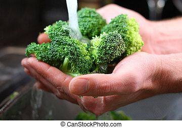 lavage, légumes, homme, sombrer, mains, brocoli, cuisine