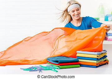 lavanderia, mulher, -, dobrar roupas