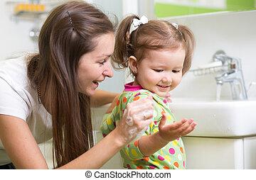 lavando, dela, criança, rosto, menina, mãe, mãos, bathroom., sorrindo, sabonetes, hygiene.