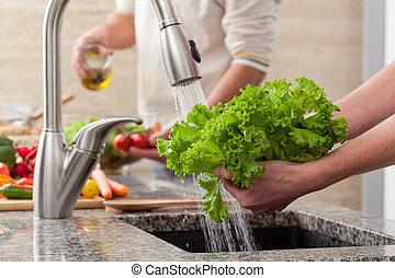 lavando, legumes, para, um, salada
