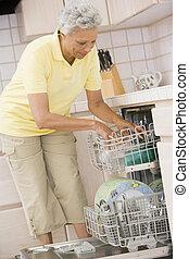 lave-vaisselle, chargement, femme