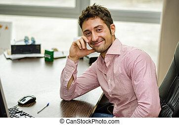 lavorando ufficio, lavoratore, scrivania, sorridente, maschio