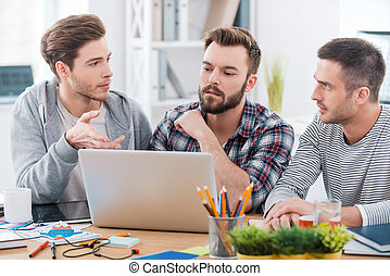 lavorativo, attraverso, esso, insieme., tre, giovani uomini, lavorare insieme, mentre, seduta, a, loro, posto lavora, in, ufficio
