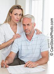 lavorativo, coppia, preoccupato, loro, finanze, fuori
