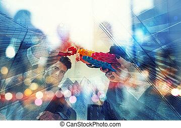 lavorativo, gruppo, di, uomini affari, trovare, il, accordo, vicino, presa a terra, uno, pezzo, di, ingranaggio, in, mano., concetto, di, lavoro squadra, e, affari, partnership., doppia esposizione