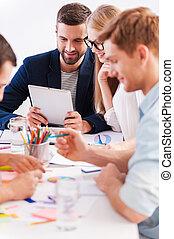 lavorativo, moments., gruppo, di, allegro, persone affari, in, casuale astuto, indossare, lavorare insieme, mentre, sedere tavola