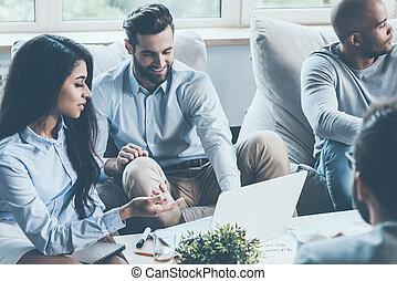 lavorativo, moments., gruppo, di, giovane, persone affari, lavorare insieme, mentre, seduta, a, il, scrivania, in, ufficio