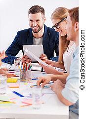 lavorativo, moments., gruppo persone affari, in, casuale astuto, indossare, sedere insieme, tavola, e, sorridente