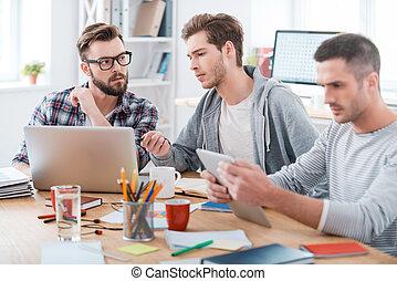 lavorativo, process., tre, giovane, persone affari, lavorare insieme, mentre, seduta, a, loro, posto lavora, in, ufficio